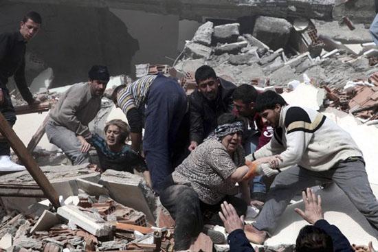 土耳其发生7.2级强震死亡人数可能逾千(组图)