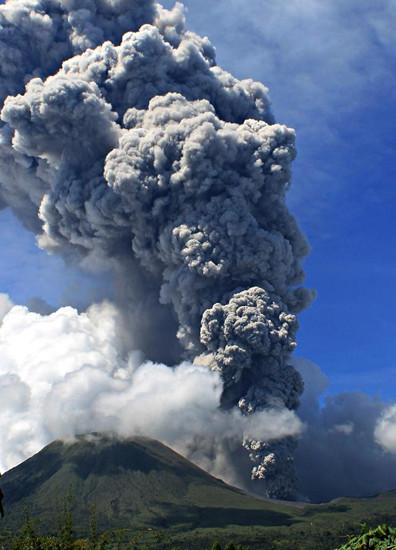 印尼洛孔火山喷发火山灰升至3000米高空(图)