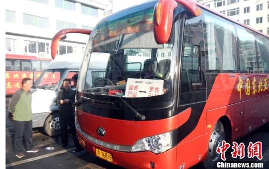 罗先位于朝鲜东北部,与吉林省延边州相邻。罗先经贸区的开发,让两地人员往来日益频繁。数据显示,2010年通过圈河口岸到罗先商务、旅游观光的出入境人数为16.3万人次,2011年增加到23.2万人次,2012年则超过了30万人次。   延吉罗先国际旅客运输线由中朝两国的4家公司合作运营,在2012年8月开始试运营。   自那时起,司机孙师傅就一直驾驶这个班次,每天来往于中朝两国之间。全长200公里的道路包括100公里的高速公路,这样好的路况,孙师傅还是需要4小时才能到达目的地。这其中,有将近1小时的时间被