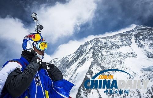 俄罗斯男子海拔7220米定点跳伞征服珠峰破纪录
