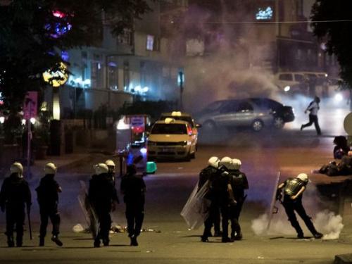 土耳其警方与抗议者爆发冲突驱散示威人群(图)