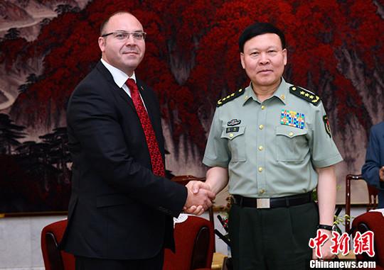 张阳会见罗马尼亚国防部国务秘书