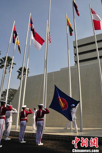 图为东盟秘书处举行升旗仪式庆祝东盟成立46周年.中新社发 顾时宏 摄