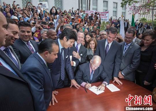 美国加州非法移民可拿驾照