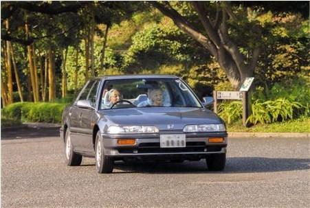 夫妇 日本天皇/图为2013年9月22日,日本天皇在皇宫东御苑携皇后驾车游玩。...