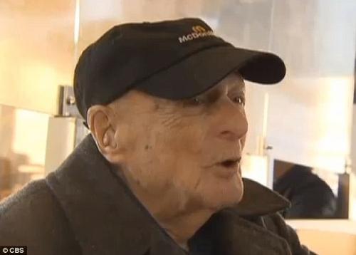 美国百岁老人活到老做到老:快餐店工作25年(图)