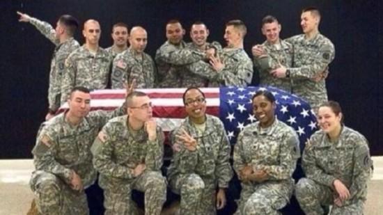 背景 士兵/这十几名美军士兵以覆盖美国国旗的空棺材为背景合影,照片引发...