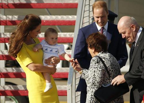 威廉王子夫妇携子抵达悉尼展开对澳访问(图)