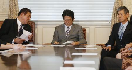 日本政府将提交内阁决议案 允许行使集体自卫权