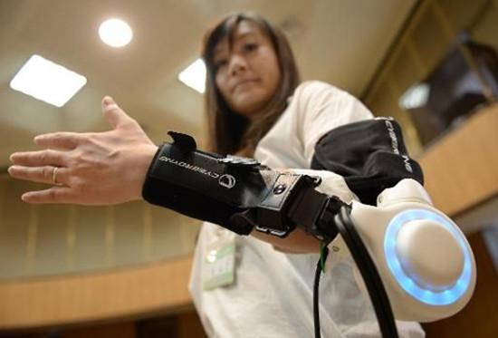 """日本推出智能穿戴设备老人能变""""大力士""""(图)"""