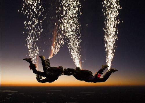 美跳伞队上演惊艳空中表演如飞火流星般壮丽(图)