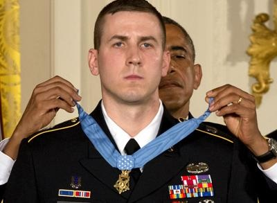 奥巴马为28岁美士兵颁荣誉勋章 表彰其贡献(图)