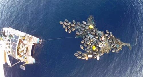 """日本海啸垃圾形成""""人工岛"""" 被美国无人机发现"""