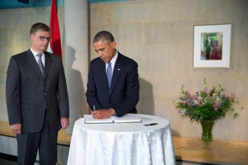 奥巴马抵荷兰驻美使馆 悼念MH17事件遇难者(图)