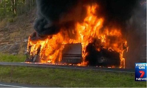 澳大利亚昆士兰一辆校车爆炸 数十学生成功逃脱