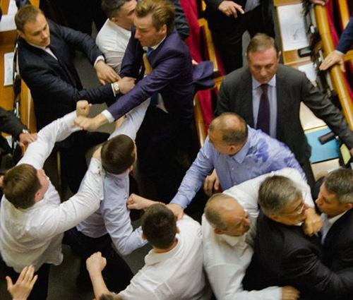乌克兰两不同党派成员在议会斗殴 只因意见不合