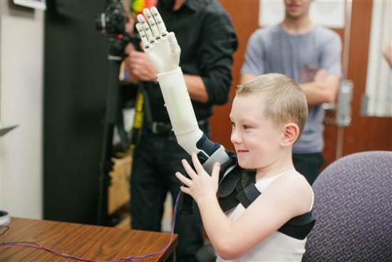 美国6岁男童安装3D打印义肢:便宜又好用(图)