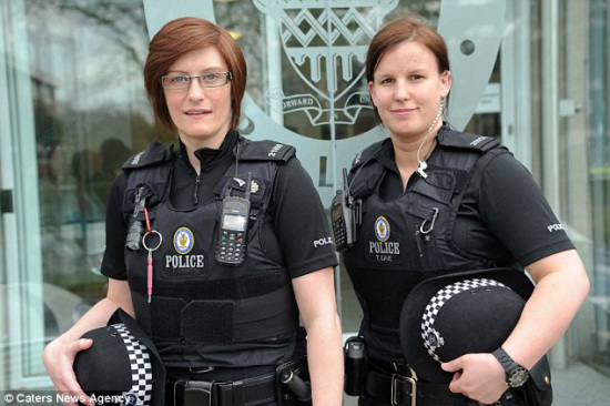 两女警赴化妆舞会时勇擒歹徒 斑马驴子造型惹眼