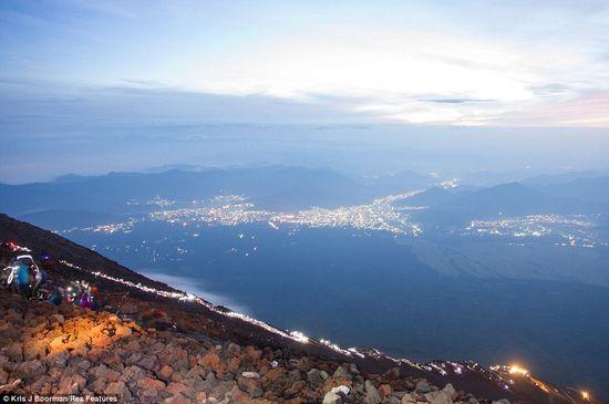 日出震撼照:富士山投下24公里长巨大阴影(图)