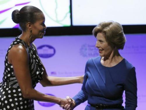 美国两任第一夫人会面 米歇尔称劳拉·布什为榜样