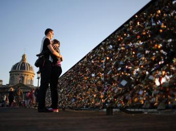 """巴黎绞尽脑汁保护""""情人桥""""号召仅拍照不挂锁"""