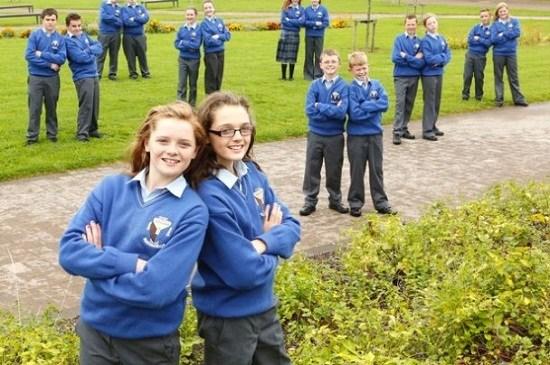 英国中学8对双胞胎同时入读校方忧难辨别(图)