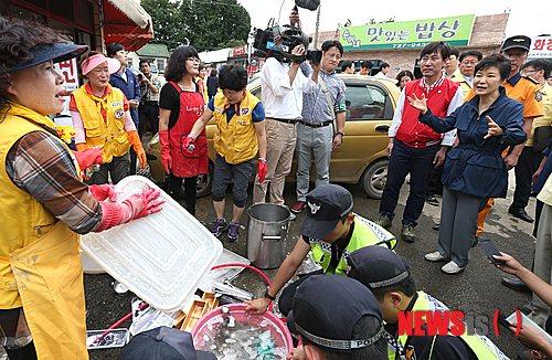 韩总统朴槿惠视察釜山暴雨灾区 慰问受灾群众