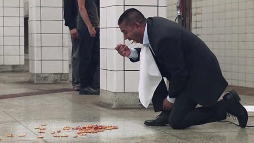 加拿大男子地铁推销吸尘器 将面汤倒在地上吃掉