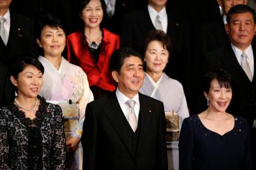 """安倍推崇""""女性经济学"""" 5名巾帼入日本内阁(图)"""