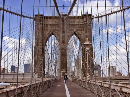 纽约大桥不挂爱情锁改挂安全套 游客被批没公德