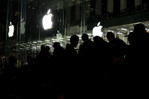 德国两男子为抢购iPhone6 提前5天店外安营扎寨