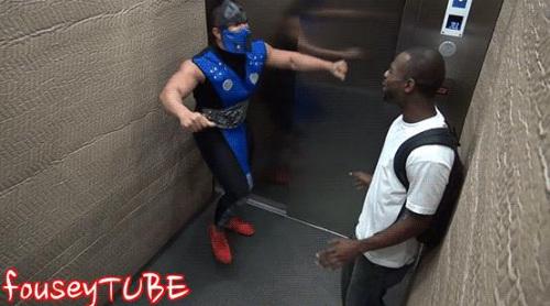 """男子扮""""格斗之王"""" 对电梯乘客""""拳打脚踢""""(图)"""
