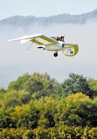 日本媒体艺术家研制出小飞机机体宽近10米(图)
