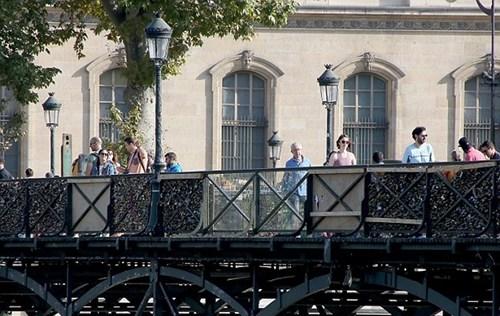"""巴黎艺术桥加装玻璃板 防游人放""""爱情锁""""(图)"""
