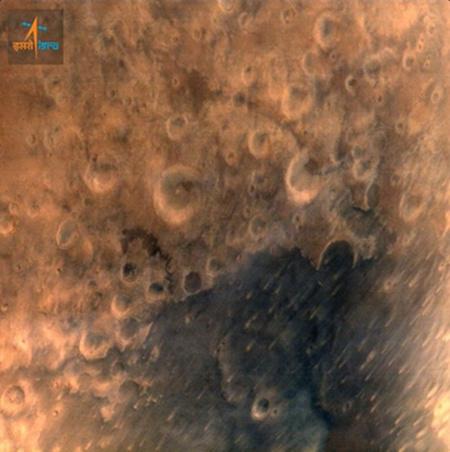 印度火星探测器传回首张火星照片(图)