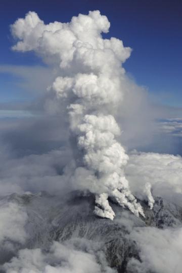 日本御岳山火山喷发致33人失踪 42人受伤