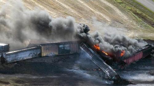 加拿大一辆载危险品火车脱轨起火 火焰高达30米