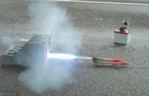 中学生用简单配件制作火箭车 时速超800公里(图)