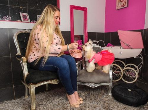 英国狗主人花30万打造爱犬奢华生活 项圈镶钻石