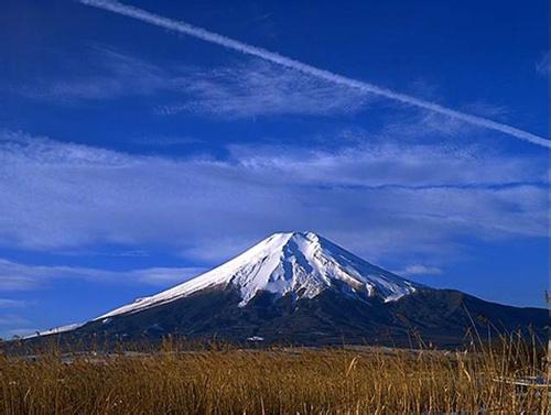 日本拟建富士山避难掩体 当地主张登山时戴头盔