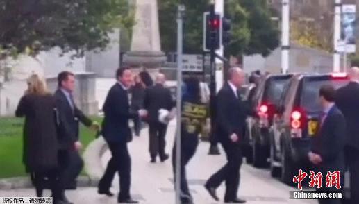 英国首相卡梅伦街头遭陌生男子袭击 险些被推倒