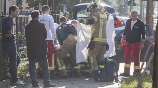 德国司机欲超车突然失控 冲上人行道撞伤6人(图)