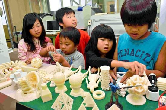 """日本小学生体验用3D打印术制作""""迷你我""""(图)"""