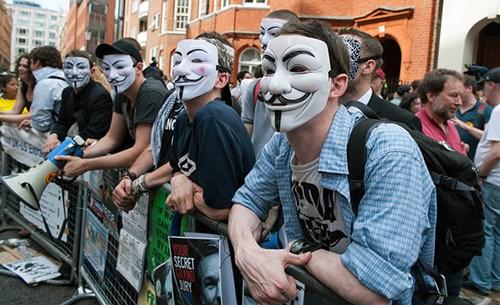 伦敦街头现面具怪客 白金汉宫前游行抗议(图)