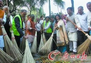 印度官员清扫落叶作秀 清洁工先为其准备垃圾