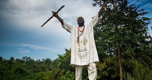 """利比里亚巫医称埃博拉是""""诅咒"""" 被指妨碍救治"""
