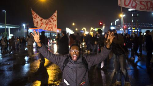 美警察枪杀黑人免遭起诉引骚乱 当地警车被烧