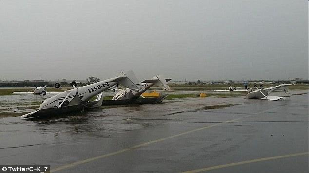 澳大利亚西部遇罕见暴风雨 4架小飞机被掀翻(图)