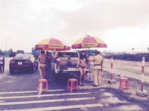 越南变性人裸体站警车旁秀身材 引众人围观(图)