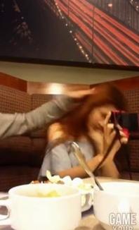 泰国女子吃饭时手机自拍不停 被男友打头(图)
